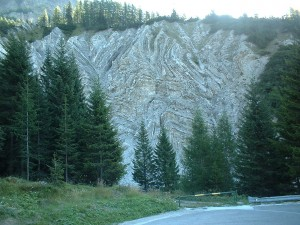Gli strati di gesso e sale come appaiono salendo verso il Passo Rolle