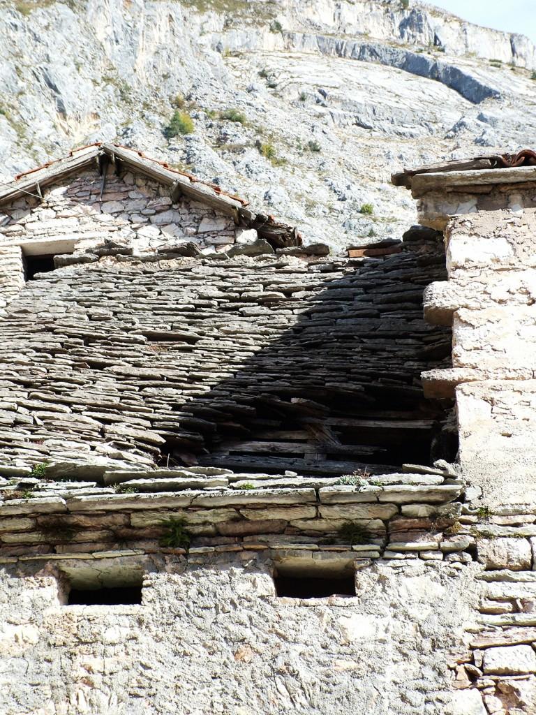 particolare case di Casso: case di sasso