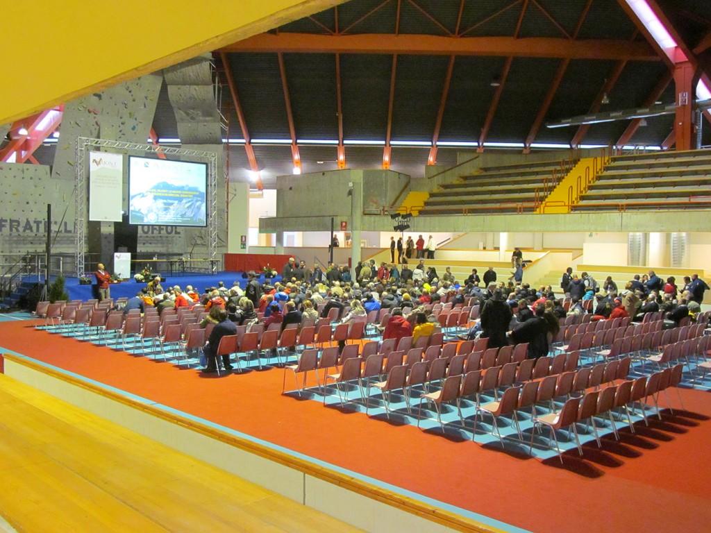 Apertura della sessione mattutina del Lunedì 7 ottobre. Il prof. Paolo Paronuzzi descrive la sua interessante quanto dibattuta teoria sulla dinamica del vesante del Monte Toc